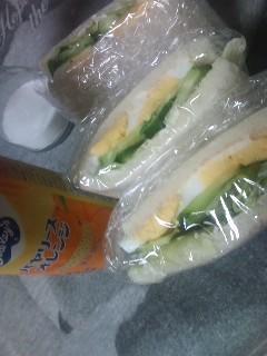 サンドイッチを食べながら…