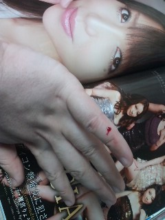 雑誌で指を切りました…