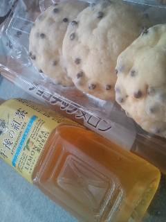 朝食は紅茶とメロンパン♪