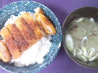 豚カツとあさりの味噌汁。