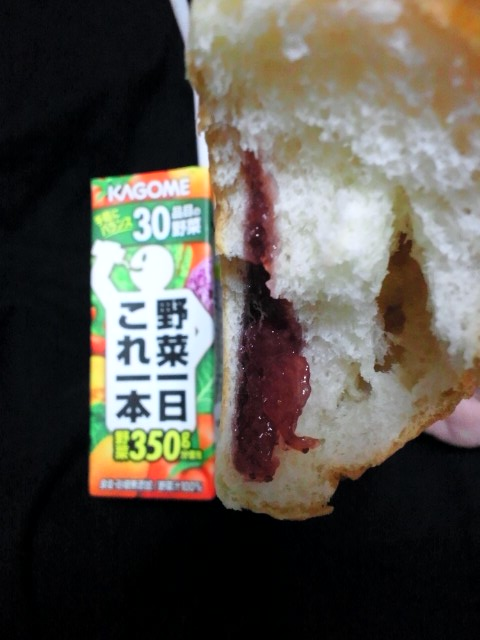苺ジャムパン&トマトジュースの巻。。。
